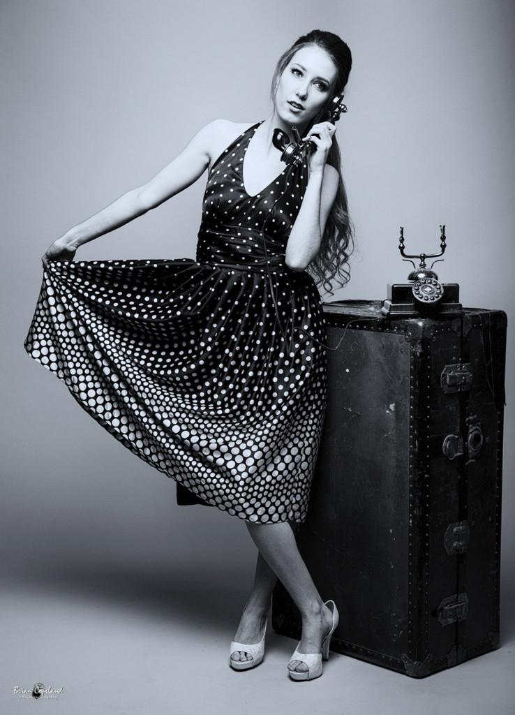 Model-Daria-Sells-Black-and-White-on-the-telephone-2.jpg