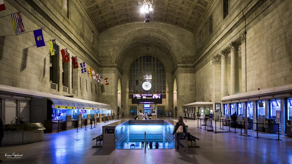 Torontos-Union-Station-at-night.jpg